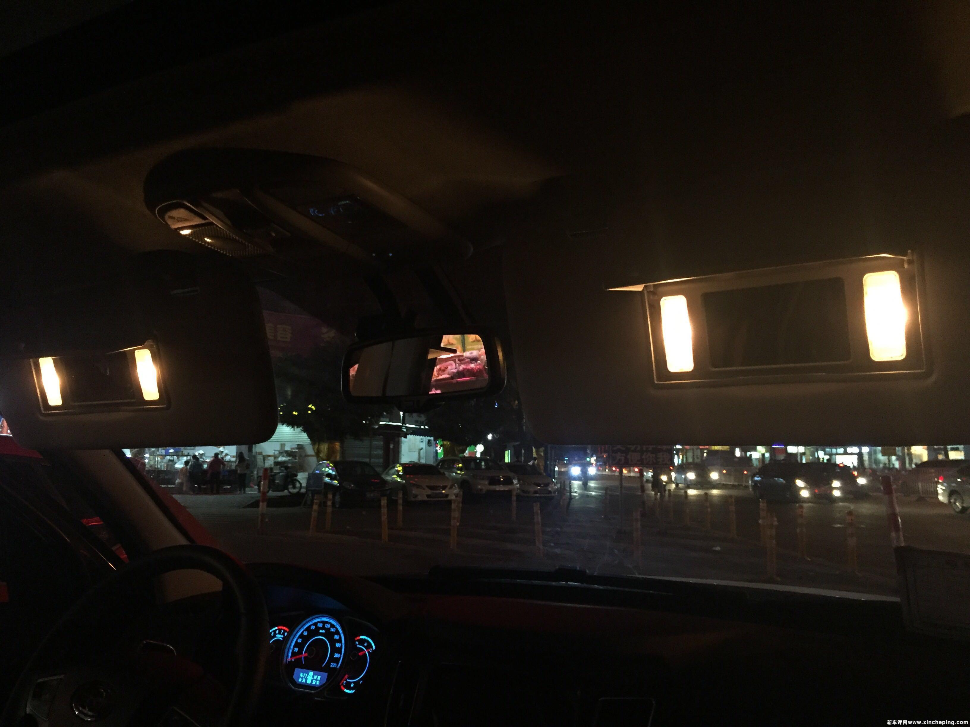 副驾驶座化妆镜标配灯光