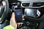 车载娱乐系统可以用数据线与手机连接,用手机端实现导航(要配合下载的APP使用)。