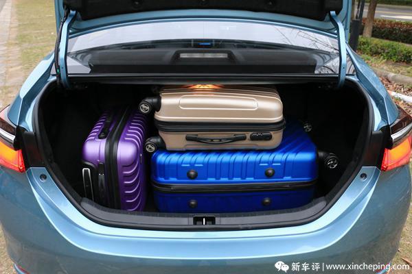 一汽丰田最新推出的卡罗拉双擎,能做到比市面上大部分的车更低油耗。不过问题来了,卡罗拉双擎省油的秘诀其实是用智能地协调电机驱动和燃油驱动来减少油耗的,既然是这样,岂不是在普通三厢车里硬生生地多塞进一套混合动力电池组和电机引擎?  卡罗拉双擎,顾名思义就是将丰田先进的混合动力系统搭载于一款我们所熟知的车型卡罗拉上升级而来,自然在体积上与传统的汽油A级车相近。既然外部结构相近,那么我们就来探讨下,卡罗拉双擎有没有被混合动力系统和谐了驾乘空间?  卡罗拉双擎前排的内饰设计布局,可以说是整个车厢内部最能体现双