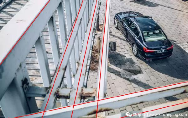 高角度俯视也是很好的处理方法,巧妙利用铁栏的线条组成框框,把车