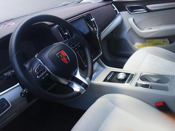 日前,有媒体获得了一组荣威全新插电式混动版车型荣威ei6的最新谍照,新车曾在广州车展期间正式发布,但仅限于外观设计,而此次曝光的谍照则展示了这款车的内饰设计,可以看到其车内配备了与RX5相同的大尺寸液晶显示屏。  【车展上发布的荣威ei6】 从曝光的谍照来看,这款车前脸采用了荣威的家族式设计,无论是格栅的造型、灯组内部形状以及雾灯框设计,都与广州车展期间发布的ei6车型完全一致,这些证实了该车的真实身份。   在内饰部分,这款车的设计依旧是浓烈的荣威风格,整体造型以及诸多细节设计与荣威RX5基本一致,新车