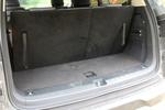 在7座状态下,D90的尾厢依然可以直立放下20寸规格的行李箱。