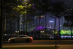 优美的车身线条和珠江新城的夜景相互融合,形成一道亮丽的风景线。