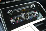 空调控制面板采用钢琴漆装饰,清一色的实体按键简单?#23376;茫?#24182;且体积足够硕大,非常方便盲操。