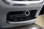 空台哦控制面板下方有两个USB接口,一个12V点烟器接口,不过后排只有一个12V点烟器接口。