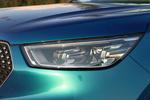 实拍车使用了全LED光源的大灯,并且远近光灯的造型都都非常酷,颇有科幻气息。新车主打的蓝色车漆为渐变色,从不同的角度观看会呈现不同的颜色。