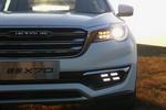矩阵式的转向灯和LED日行灯是捷途X70前脸最具辨识度的地方。图中远近光一体的LED大灯只在顶配车型上出现,其余车型均为卤素大灯。