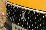 """奔腾的新车标寓意为""""世界之窗"""",比原来的一汽鹰标更具时尚感,但特点并不突出,并没有给人深刻印象。"""