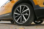 实拍车使用19寸双色多辐轮圈,轮胎型号为玲珑GREEN-Max 绿行 4X4 HP,尺寸为225/45 R19,该系列轮胎主打操控性能和静音性能,实际胎噪控制还不错。