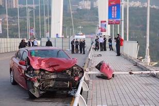 重慶萬州公交車墜江原因公布:乘客與司機爭執互毆致失控