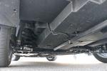 底盘采用前麦弗逊式独立悬挂加后扭力梁非独立悬挂的组合,底盘稳定性不错,能把路面的颠簸处理得比较干净,保证驾乘舒适性,只是在过减速带或者大坑的时候底盘的声音比较大,厚实感一般般。