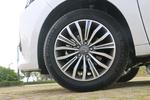 实拍车使用了米其林浩悦四代轮胎,尺寸为215/55 R17。该系列轮胎主打静音舒适和湿地抓地性能,但实际上静音表现比较挑路。