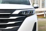"""GM6车头才用了""""凌云翼3.0""""设计语言,横向拉伸的镀铬饰条使得车头看起来很宽大。实拍车使用了矩阵式LED大灯,看起来很有气势。"""