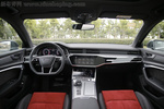 车厢部分,新A6L基本也是继承A8L的设计,但观感上要更加年轻一些。