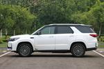 车身侧面线条与老款基本一致,只是?#32622;?#21464;成了车身同色喷涂,白色车身的车顶进行了熏黑,其他颜色车身车顶与车身同色。