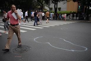 广州一奔驰冲红灯致13人受伤,司机已被警方控制