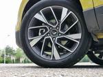实拍车使用双色多辐轮圈,轮胎使用的是玲珑品牌的GREEN-MAX HP 200系列轮胎,尺寸为225/50 R18,该系列轮胎主打操控和低噪音,但是实际静音表现一般。