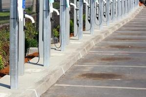两大误判正将中国新能源汽车行业带上不归路 | 站着说话
