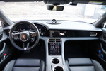 内饰设计,Taycan还是尽量遵从传统汽油车的概念,尽量没有用大屏。