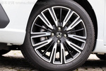 轮圈方面都用上了16寸,但运动版和跨界版轮胎厚度略有不同。